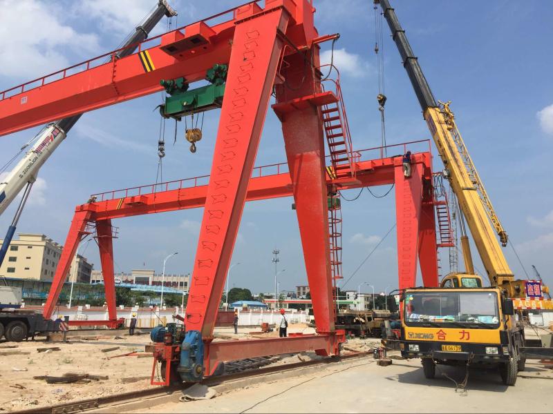 广州地铁十三号线官湖轨排基地立起首架龙门吊